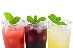 Drei Glas Apfel-, Trauben- und Erdbeeresaft stockbilder