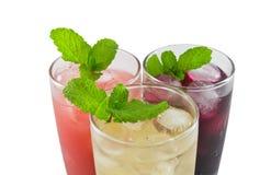 Drei Glas Apfel-, Trauben- und Erdbeeresaft lizenzfreie stockfotos