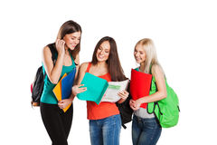 Drei glückliche Studenten, die zusammen mit Spaß stehen Stockbilder
