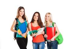 Drei glückliche Studenten, die zusammen mit Spaß stehen Lizenzfreies Stockbild