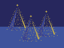 Drei Goldweihnachtsbäume auf Blau Stockfoto