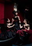 Drei gotische Mädchen mit Hupen stockfotos