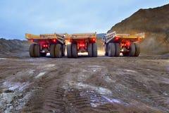 Drei große LKWs warten auf das Laden im Steinbruch Lizenzfreies Stockfoto