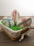 Drei große selbst gemachte Ostereier in einem Korb mit Ostern-Gras Stockfoto