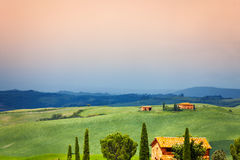Drei Häuser in Toskana-Landschaft, Italien Lizenzfreie Stockfotos