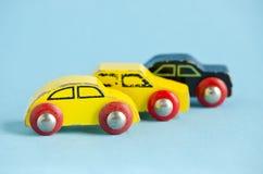 Drei hölzern und alte Autospielwaren Lizenzfreie Stockbilder