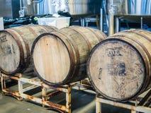 Drei hölzerne Apfelweinfässer bei 2 Städten Cidertown, Corvallis, Oreg Lizenzfreies Stockbild
