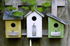 Drei hölzerne Birdhouses Stockbild