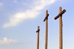Drei hölzerne Kreuze und Wolken Lizenzfreie Stockfotografie