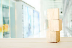 Drei hölzerne Würfel auf Tabelle über Unschärfe abtract bokeh beleuchten backgr Stockfotografie