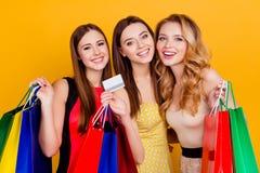 Drei hübsch, bezaubernd, erfolgreiche Mädchen, die buntes shopp halten Lizenzfreies Stockbild