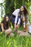 Drei hübsche Kursteilnehmermädchen mit den Büchern im Freien Lizenzfreie Stockfotografie