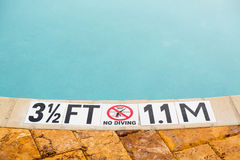 Drei halber Fuß, der auf Swimmingpooltiefe markiert Stockfoto