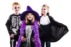 Drei Halloween-Charaktere: Hexe, Skelett, Vampir lizenzfreie stockbilder