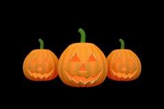 Drei Halloween-Kürbise im schwarzen Farbhintergrund Stockfotos