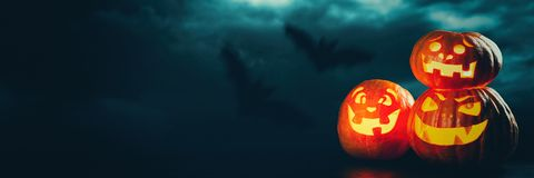 Drei ` Halloweens Jack O Laternenkürbise Lizenzfreie Stockfotos
