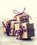 Drei handgemachte Geschenkboxen im glänzenden Farbhintergrund Lizenzfreies Stockfoto