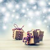 Drei handgemachte Geschenkboxen im glänzenden Farbhintergrund Lizenzfreie Stockfotos