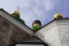 Drei Hauben mit drei goldenen orthodoxen Kreuzen auf dem Dach des Tempels Lizenzfreies Stockbild