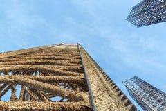 Drei heben oben Ölplattformbein mit blauem Himmel wenn fast völlig oben vorbei Lizenzfreies Stockfoto