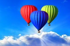Drei helle Heißluftballone auf dem Himmel, Symbol des RGB-Farbschemas stockfotografie