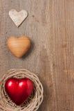 Drei Herzen auf Holz Stockbild