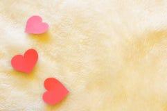 Drei Herzen auf Wollhintergrund stockbilder