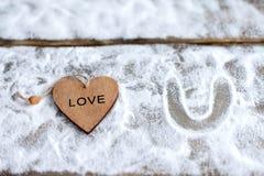 Drei Herzen mit Aufschriften der Liebe auf dem Hintergrund der Bretter ist nicht der Hintergrund des Schnees, Valentinsgruß ` s T Lizenzfreies Stockfoto