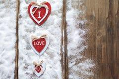 Drei Herzen mit Aufschriften der Liebe auf dem Hintergrund der Bretter ist nicht der Hintergrund des Schnees, Valentinsgruß ` s T Lizenzfreie Stockbilder