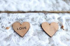 Drei Herzen mit Aufschriften der Liebe auf dem Hintergrund der Bretter ist nicht der Hintergrund des Schnees, Valentinsgruß ` s T Lizenzfreies Stockbild