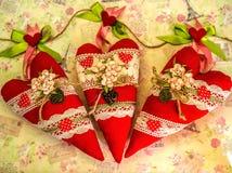 Drei Herzen sind handgemacht Wunderbare Spielwaren im Geschenkdesign lizenzfreie stockbilder
