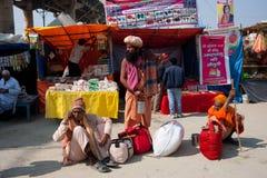 Drei hindische Männer, die auf die Nebenerwerbe warten Stockfoto