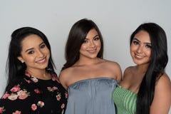 Drei hispanische Freunde zusammen stockfoto
