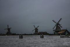 Drei historische Windmühlen an einem bewölkten Tag Lizenzfreie Stockbilder