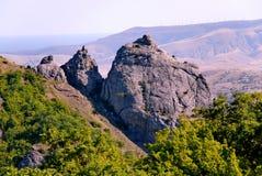 Drei hohe Felsen mit spiers vor dem hintergrund der Berge und des himmlischen Blaus Orte von extremen Wegen Lizenzfreies Stockbild