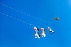 Drei Hund ähnliche Drachen, die auf den Himmel fliegen Stockfotos