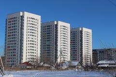 Drei identische Häuser Stockfotos