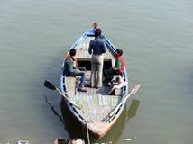 Drei indische Jungen und Affe im Boot Lizenzfreie Stockbilder