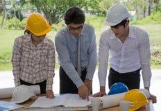 Drei Ingenieur Teams I& x27; m, das über Bau spricht stockfotos