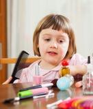 Drei Jährige Kinderbürstende Haar Lizenzfreies Stockfoto