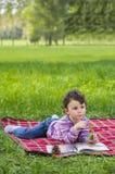 Drei Jahre alte Mädchen im Park Lizenzfreie Stockfotografie