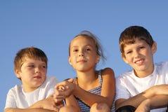 Drei jugendliche Freunde lizenzfreie stockbilder