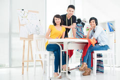 Drei junge asiatische Leute Lizenzfreie Stockfotografie