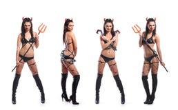 Drei junge Brunettes in den sexy erotischen Teufelkostümen Lizenzfreie Stockfotos