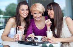 Drei junge Frauen lizenzfreie stockbilder