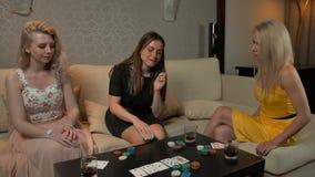 Drei junge Frauen, die Schürhaken spielen stock video footage