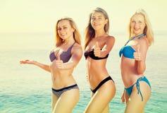 Drei junge Frauen im Bikini auf Strand Lizenzfreies Stockbild
