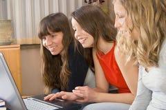 Drei junge Frauen mit Berechnung Stockfoto