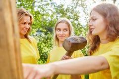 Drei junge Frauen sind mit Werkzeugen im Bau lizenzfreie stockbilder