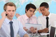 Drei junge Geschäftsmänner lizenzfreie stockbilder